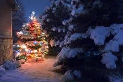 La chute de neige importante tombe une nuit magique de réveillon de Noël Photos stock