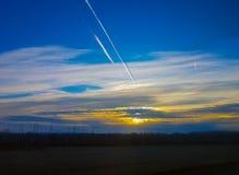 La chute des météorites dans le ciel bleu Photos libres de droits