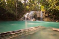 La chute profonde de l'eau de forêt placent dans le nord du parc national de la Thaïlande image stock