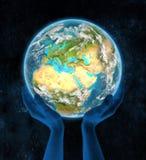 La Chypre sur terre de planète dans des mains Photos libres de droits