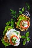 La cialda saporita con formaggio, il prosciutto, olive ed erbe, è servito con il franco Immagine Stock Libera da Diritti