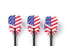 La cible trois jouant des dards, le petit morceau Etats-Unis marquent des couleurs dans la clavette Images stock