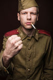 La cigarette de tabagisme de soldat russe et menacent l'esprit Photographie stock libre de droits