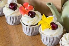 La ciliegia deliziosa agglutina con i fiori per la decorazione della crema Immagini Stock