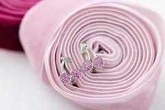 La ciliegia ha modellato gli orecchini con i cristalli rosa sul nastro Fotografia Stock Libera da Diritti