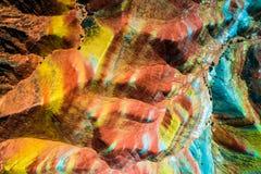 La cima aerea giù osserva sulle montagne dell'arcobaleno di Zhangye che visualizzano il modello variopinto Immagine Stock