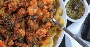 La cima chiude sulla vista di pasta con il salmone fresco e le olive nere Immagini Stock Libere da Diritti