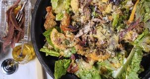 La cima chiude sulla vista di un'insalata del ` s di Caesar fotografia stock