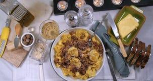 La cima del carrello giù zuma in considerazione dei tortellini deliziosi in pasta bolognese della salsa video d archivio