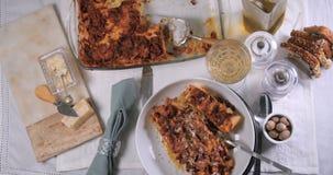 La cima del carrello giù zuma in considerazione delle lasagne deliziose in pasta bolognese della salsa stock footage