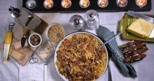 La cima del carrello giù zuma in considerazione di fettuccine delizioso in pasta bolognese della salsa stock footage