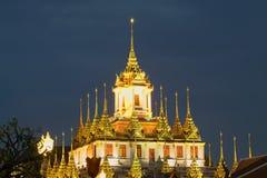 La cima del tempio buddista Wat Ratchanadda di Chedi Loha Prasat contro il cielo di sera bangkok thailand immagini stock