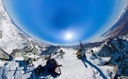 La cima della montagna che trascura lo zamersshee del lago, backpack Fotografie Stock Libere da Diritti