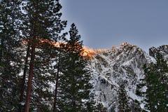 La cima della montagna di fronte alla caduta dell'equiseto al parco nazionale di Yosemite fotografie stock libere da diritti