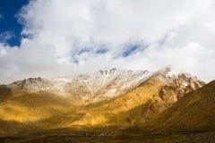 La cima della montagna ha coperto la neve Fotografia Stock