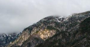 La cima della montagna nelle alpi austriache e nella foresta innevata Fotografia Stock