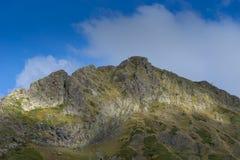 La cima della montagna sui precedenti Fotografie Stock Libere da Diritti