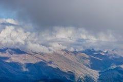 La cima della montagna sui precedenti Fotografia Stock