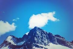 La cima della montagna sui precedenti di cielo blu Fotografia Stock Libera da Diritti