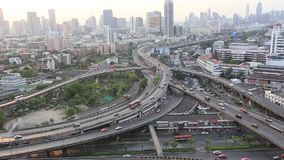 La cima di BANGKOK /THAILAND-May 15, della superstrada di Bangkok e della strada principale rivaleggia stock footage
