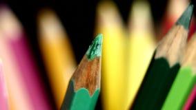 La cima di colore differente di lotsa disegna a matita sul nero archivi video