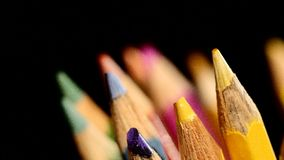 La cima di colore differente disegna a matita sul nero, rotazione archivi video