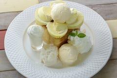 La cima di Tost con il durian e mangia con il gelato del durian Immagine Stock