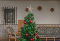 La cima di un albero di Natale con una stella graziosa Immagini Stock Libere da Diritti