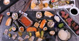 La cima giù zuma in considerazione dei un assortimento alimento giapponese: sushi, nigiri, sashimi video d archivio