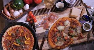 La cima giù zuma in considerazione delle pizze italiane video d archivio
