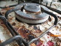 La cima sporca e sudicia ed arrugginita della fresa del fornello di gas con i pezzi o Fotografia Stock Libera da Diritti