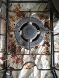 La cima sporca e sudicia ed arrugginita della fresa del fornello di gas con i pezzi o Immagini Stock