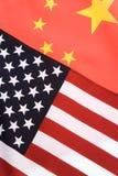 La Cina e bandierina degli S.U.A. Immagine Stock