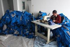 LA CINA - 15 GENNAIO: Il cinese copre la fabbrica con la cucitrice Immagine Stock Libera da Diritti
