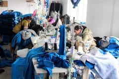 LA CINA - 15 GENNAIO: Il cinese copre la fabbrica con le cucitrici Fotografia Stock Libera da Diritti