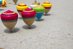 La Cina, giocattoli tradizionali, cima di legno, gioco da bambini Immagine Stock