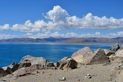 La Cina Grandi Laghi del Tibet Lago Teri Tashi Namtso nel giorno di estate soleggiato immagini stock