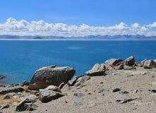 La Cina Grandi Laghi del Tibet Lago Teri Tashi Namtso nel giorno di estate soleggiato fotografie stock libere da diritti