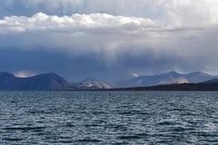 La Cina Grandi Laghi del Tibet Lago Teri Tashi Namtso nella sera di estate sotto un cielo nuvoloso immagine stock