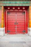La Cina, i portelli di legno rossi Fotografie Stock