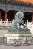 La Cina Pechino La statua bronzea del leone nella Città proibita Fotografia Stock Libera da Diritti