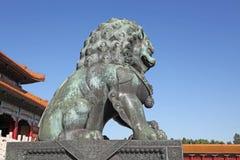 La Cina Pechino La statua bronzea del leone nella Città proibita Immagine Stock Libera da Diritti