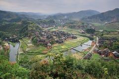 La Cina rurale, sguardo con la vista aerea del villaggio del contadino delle fattorie Fotografie Stock Libere da Diritti