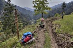 La Cina rurale, terreno montagnoso, ragazzo che si siede vicino ad un fie degli agricoltori Fotografia Stock Libera da Diritti