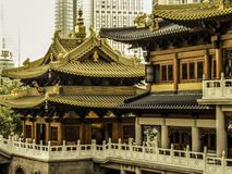 La Cina, Shanghai, il tempio buddista antico contro il contesto dei grattacieli moderni il 13 novembre 2014 Fotografie Stock Libere da Diritti