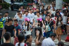 La Cina Shenzhen che molta gente ha schiacciato nel parco a tema per partecipare alle attività di Halloween Immagine Stock