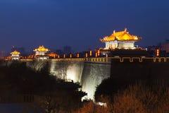 La Cina, Xi'an, muro di cinta antico alla notte Fotografia Stock
