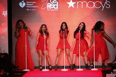 La cinquième harmonie exécute sur la piste au rouge d'aller pour la collection rouge 2015 de robe de femmes Image stock
