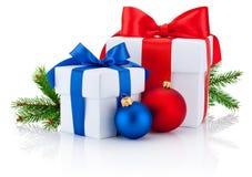 La cinta atada dos cajas arquea, rama del pino y las bolas de la Navidad aisladas Fotos de archivo