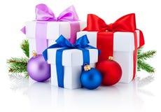 La cinta atada tres cajas arquea, rama de árbol de pino y las bolas de la Navidad Fotos de archivo